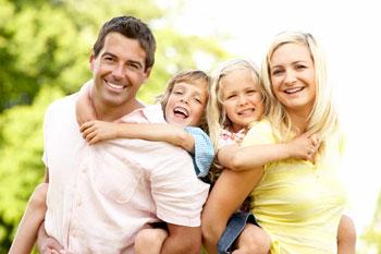 eine familie mit zwei kindern