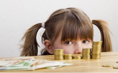 kind mit geldscheinen