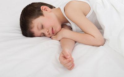 kind schläft im zirbenbett